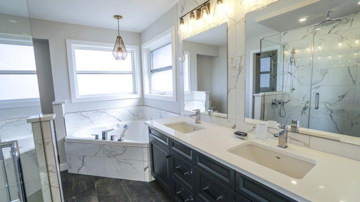 Czy wanny narożne pasują do każdej łazienki?