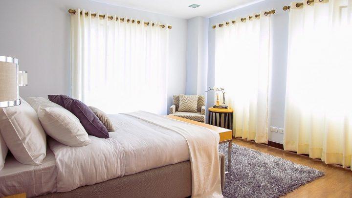Czy łóżko z pojemnikiem na pościel to dobry wybór?
