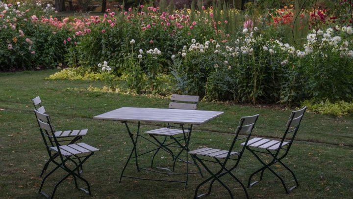 Funkcjonalność mebli ogrodowych – jak wybrać odpowiedni zestaw?